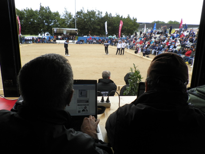 Les reporters derrières leurs écrans