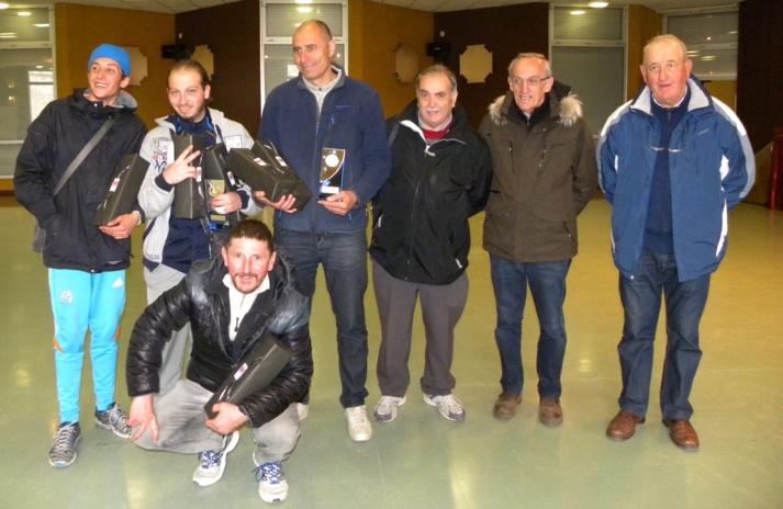 Les demi finalistes heureux et malheureux avec Mr l'arbitre , Mr le Maire de Serres et Mr Bovo président de la Pignolette Pétanque
